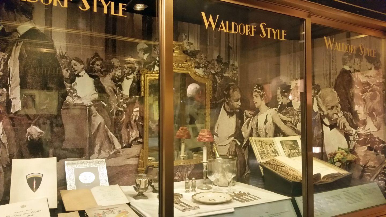 Glasschrank mit typischen Stücken aus dem Waldorf Astoria